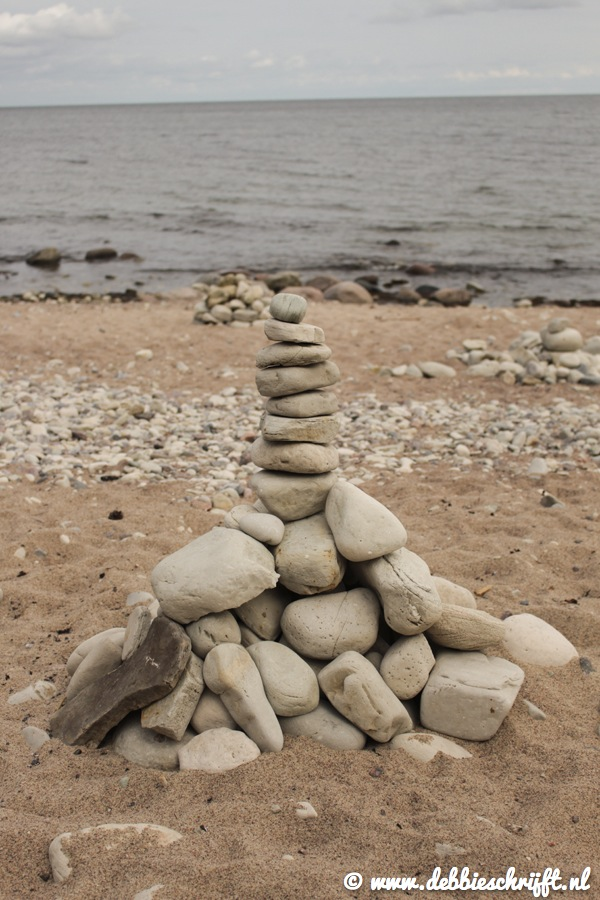 Op diverse plaatsen zagen we van deze stenen torentjes op het strand. Volgens mij worden ze gebruikt als wegwijzers, of om kwade geesten te verdrijven. Weet iemand het precies?