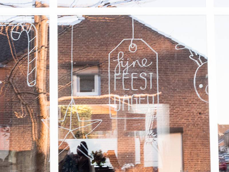 Creatief met krijtstift: kerstige raamtekening | ©debbieschrijft.nl